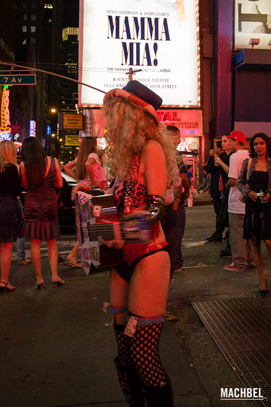 Cowboys desnudos en Times Square, New York, Estados Unidos