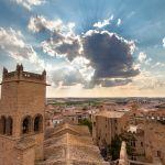 Iglesia del castillo de Olite en contraluz al atardecer. Navarra