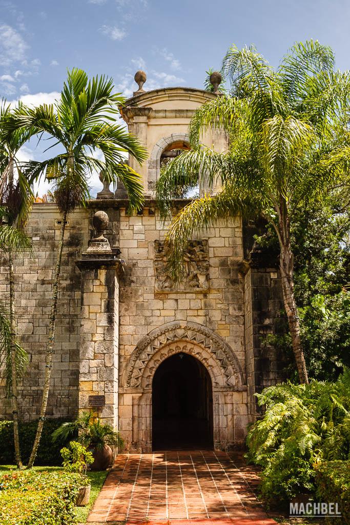 Puerta de la iglesia del monasterio Español
