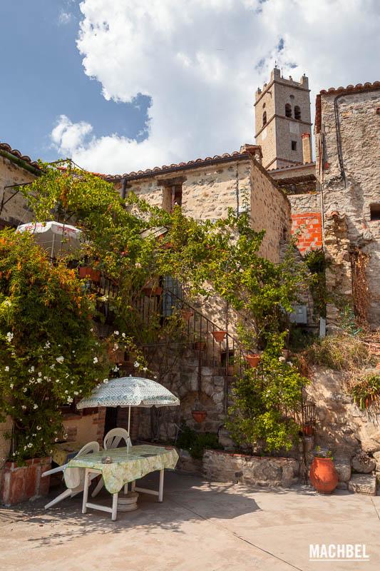 Visita al pueblo de Eus, Francia, uno de los 100 más bonitos del país.