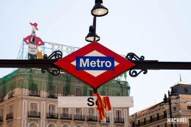 Instantáneas de gente en la Puerta del Sol de Madrid, España