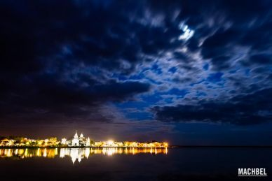 Reflejo de la Ermita del Rocío en una noche de luna llena