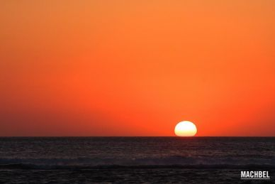 Atardecer rojizo que recuerda a la película Apolypse Now, en Playa de Verdicio, Gozón, Asturias