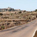Carretera comarcal vacía con vistas al castillo de Trujillo, Extremadura