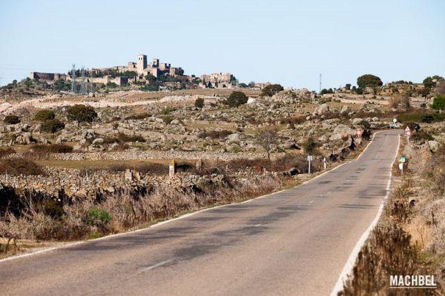 Camino a Trujillo Carretera comarcal vacía con vistas al castillo de Trujillo Extremadura 640x426 7 pueblos de Extremadura que tienes que visitar (parte I)