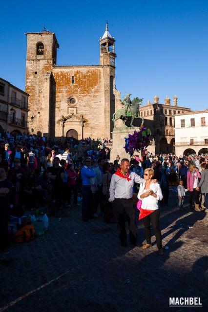 El Chíviri Pareja de adultos iluminados por el sol durante la fiesta del Chíviri en Trujillo Extremadura 426x640 7 pueblos de Extremadura que tienes que visitar (parte I)