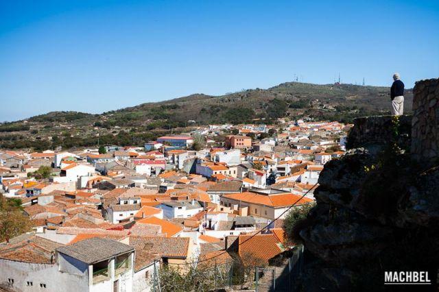 El rey de la colina Señor desde el mirador del castillo observa el pueblo de Montánchez Extremadura 640x426 7 pueblos de Extremadura que tienes que visitar (parte I)