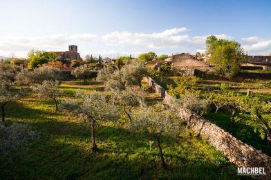 Campos de cultivo y pueblo abandonado de Granadilla al atardecer. Extremadura, España