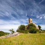 Iglesia de la VIrgen de Baldós bajo un cielo con finas nubes en Montañana, Aragón, España