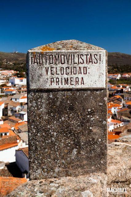Mete primera Cartel en piedra que dice Automovilistas Velocidad primera. Montánchez Extremadura 426x640 7 pueblos de Extremadura que tienes que visitar (parte I)