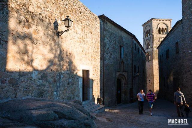 Subiendo cuestas Dos jóvenes suben una calle en cuesta con la torre de la iglesia al fondo. Trujillo Extremadura 640x426 7 pueblos de Extremadura que tienes que visitar (parte I)