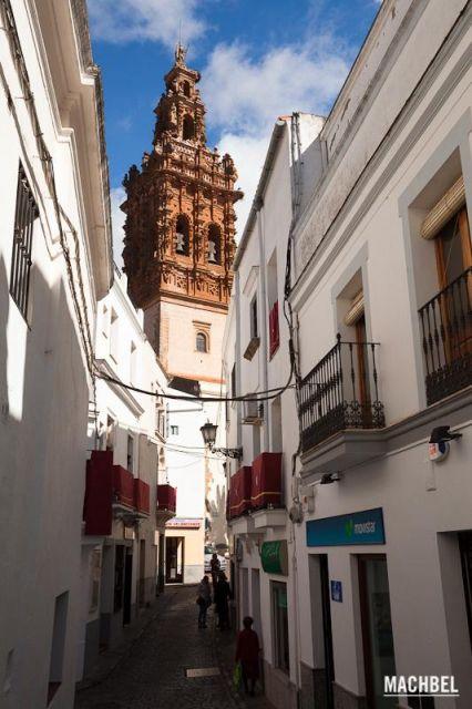 Torre de la iglesia de San Miguel Callejuela con gente paseando vista de la iglesia de San Miguel al fondo. Jerez de los Caballeros Extremadura 426x640 7 pueblos de Extremadura que tienes que visitar (parte I)