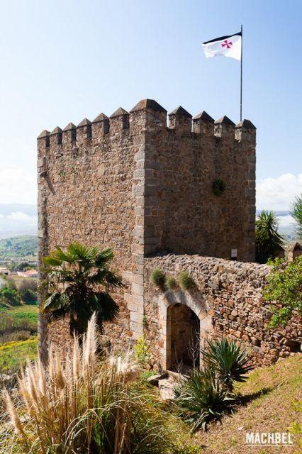 Torre sangrienta Torre sangrienta con bandera templaria en el castillo de Jerez de los Caballeros Extremadura 426x640 7 pueblos de Extremadura que tienes que visitar (parte I)