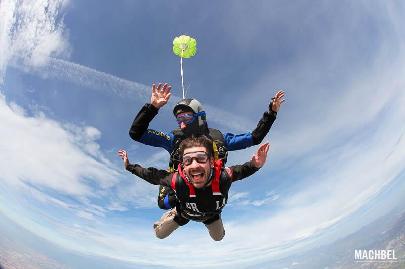 Salto tándem en paracaídas con Skydive Empuriabrava sobre la Costa Brava, Cataluña, España