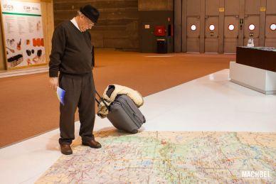 Señor mirando a un mapa buscando una ruta