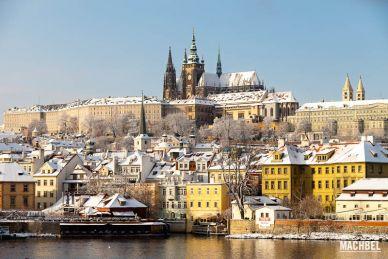 Praga con nieve en el invierno. República Checa