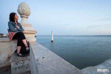 Mujer relajándose a orillas del río Tejo, Lisboa, Portugal
