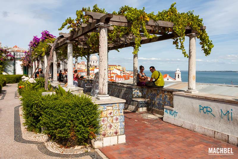 Pareja en el Mirador de Santa Luzia de Lisboa