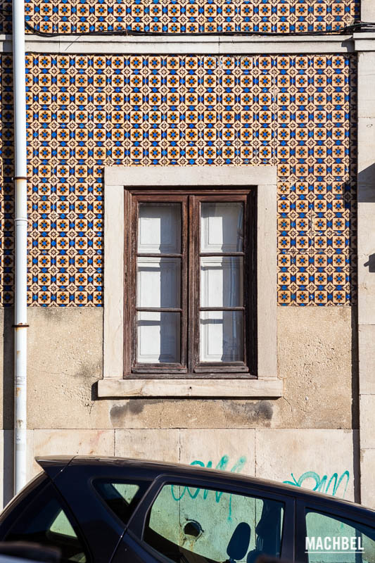 Azulejos y paredes en Lisboa, Portugal- by machbel