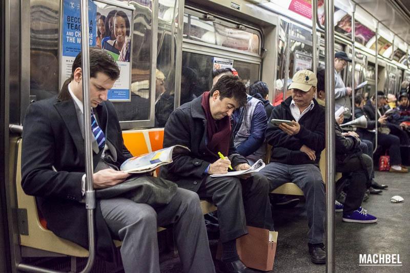 Leyendo en el metro de Nueva York - machbel