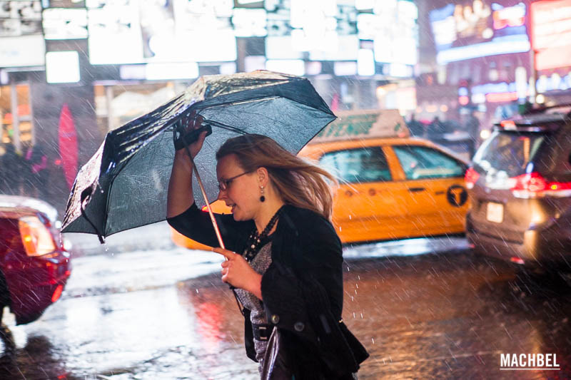 Chica escapando del temporal en New York - by machbel
