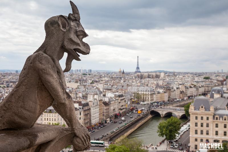 HELL WITH YOU IS PARADISE CAPÍTULO 5: Diablo-vigilando-Par%C3%ADs-Quimeras-o-G%C3%A1rgolas-de-Notre-Dame-Par%C3%ADs-Francia-by-machbel
