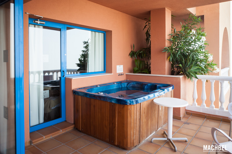 jacuzzi en terraza del holiday world hydros