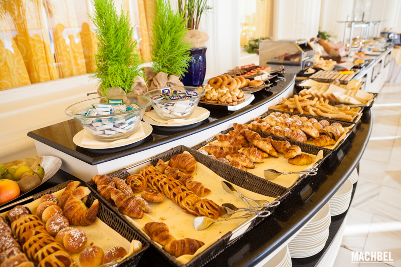 Miercoles y a quien madruga... desayuna-http://machbel.com/fotos/2014/08/Desayuno-buffet-Gran-Hotel-La-Toja-en-Galicia-by-machbel.jpg