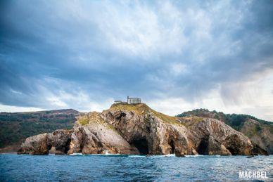 Iglesia de San Juan de Gaztelugatxe desde el mar. Euskadi by machbel