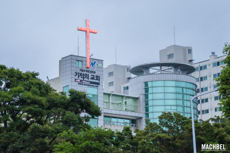 Iglesia con cruz roja