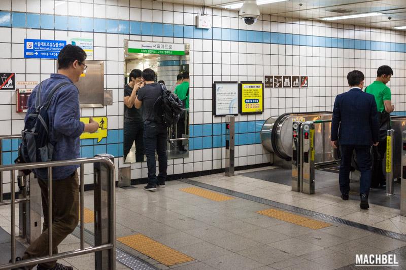 coreano mirándose al espejo en Seúl