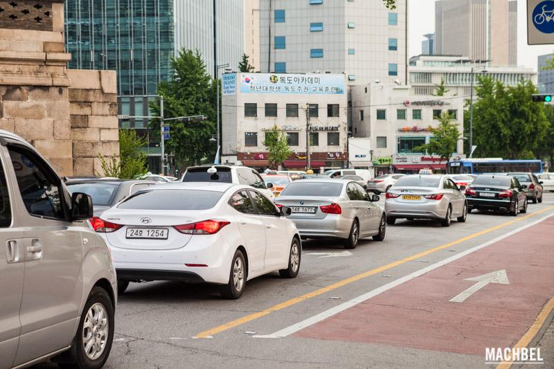 Coches grises y blancos en Corea del Sur