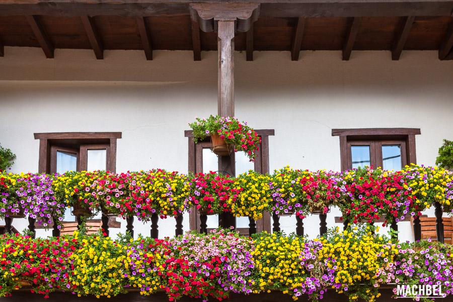 Balcón con flores en Cahecho