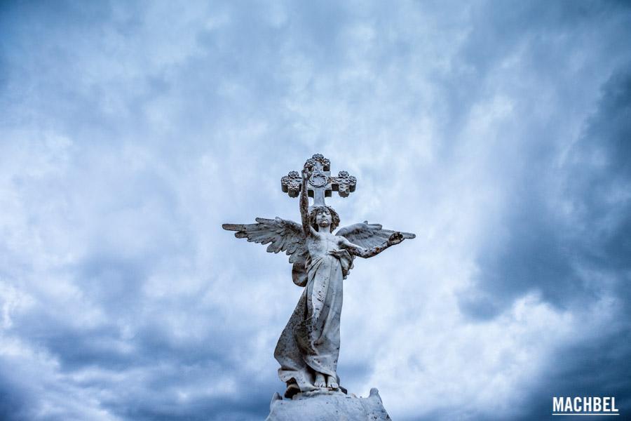 Estatua en el cementerio modernista de Comillas