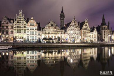 Casas medievales reflejadas en el río Lys