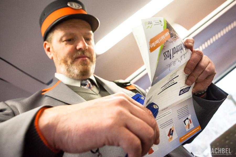 Revisor comprobando el billete de Interrail (y sí, era la primera vez que lo veía)