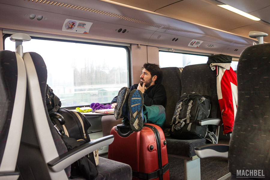 Viajando por Bélgica en tren con mi poder de expansión al límite.