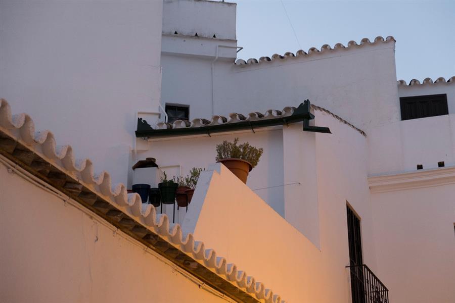 A última hora de la tarde la luz se vuelve más tenue, refresca un poco y es el momento ideal para ir de tapas o tomar unas cañas en las terrazas