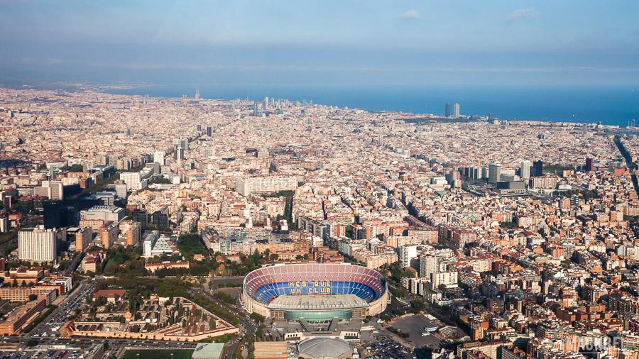 Vista aérea del Camp Nou y Barcelona