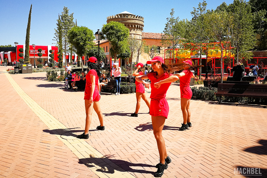 Espectáculo de baile a la entrada de Ferrari Land