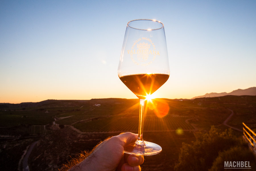 Degustando un buen vino al atardecer