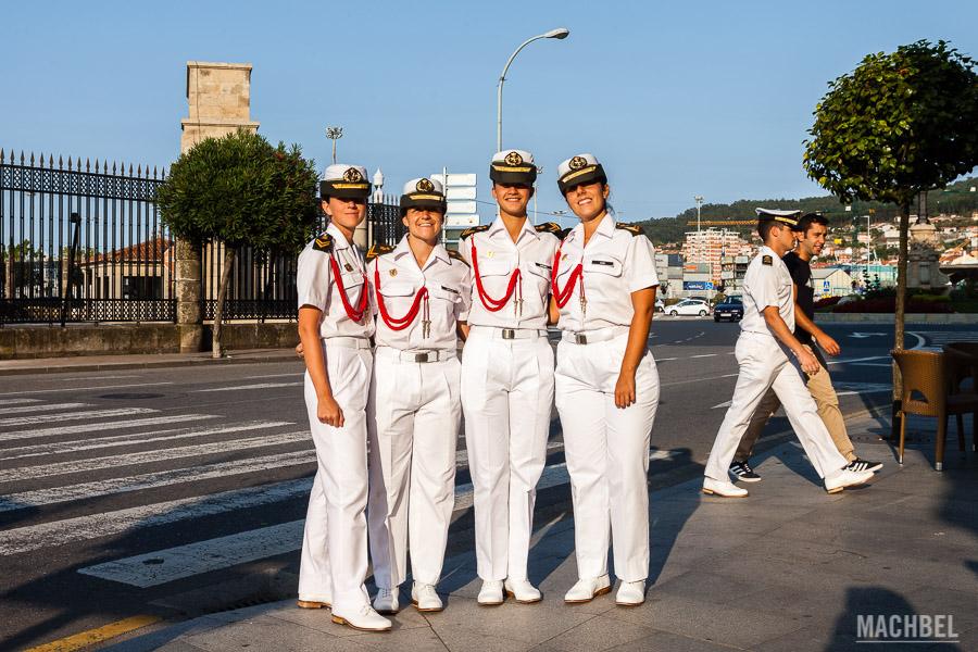 Oficiales de la marina paseando en Marín