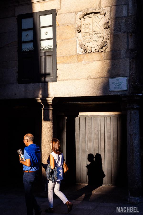 Escudo familiar en la antigua rúa da pratería