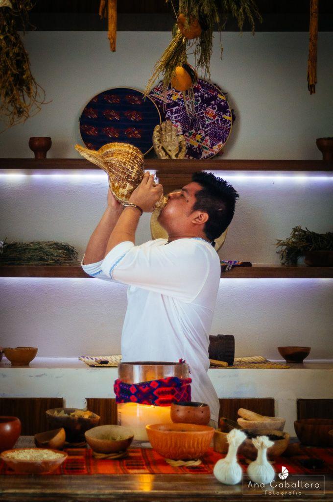 Detalles mayas e ingredientes naturales del spa con el sonido de
