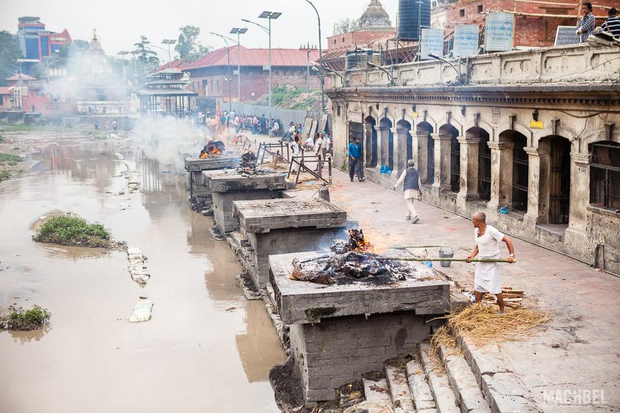 Cremación de cuerpos en el templo de Pashupatinath