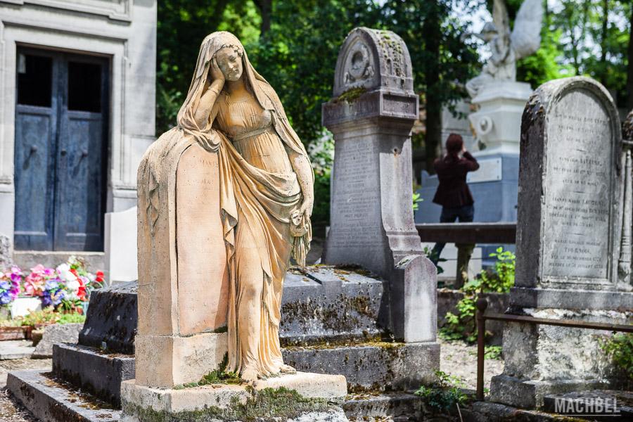 Estatua en el cementerio de Père-Lachaise