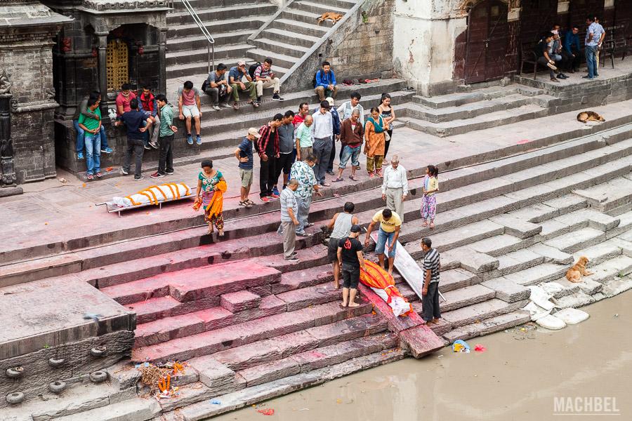 Inicio de la cremación de cuerpos en el templo hinduista de Pashupatinath