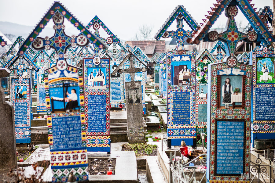 Tumbas azules con inscripciones divertidas