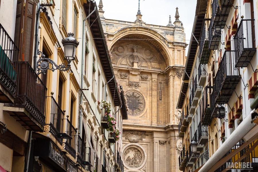 Calle del centro de Granada con la catedral