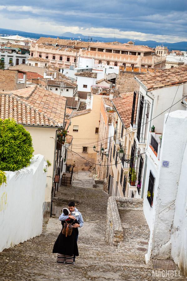 Pareja en una calle de Granada